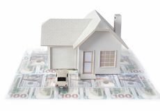 Miniatura de la casa con el coche aislado en los conceptos blancos del estado y de la construcci?n del fondo de verdad Miniatura  foto de archivo