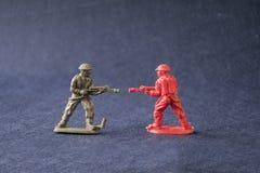 Miniatura de los soldados modelo del juguete que luchan Foto de archivo libre de regalías