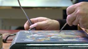 Miniatura de Palekh O artista tira uma miniatura na caixa vídeos de arquivo