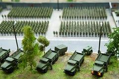 Miniatura de soldados en filas y máquinas que luchan Imagen de archivo libre de regalías