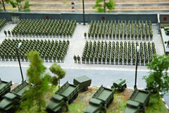 Miniatura de soldados en filas y máquinas que luchan Foto de archivo