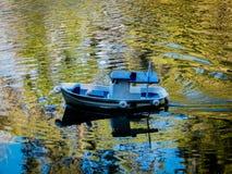 Miniatura de um barco em um lago imagens de stock