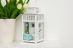 Miniatura de un dormitorio del niño en una linterna fotografía de archivo