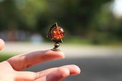 Miniatura dei gioielli del globus sulla mano Fotografia Stock Libera da Diritti