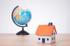 Miniatura della Camera con il globo nel fondo Immagine Stock Libera da Diritti