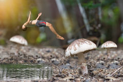 Miniatura di immersione subacquea dell'uomo dal fungo Fotografia Stock Libera da Diritti