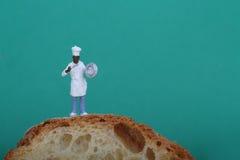 Miniatura do cozinheiro com pão Imagens de Stock