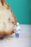 Miniatura do cozinheiro com pão Fotos de Stock Royalty Free