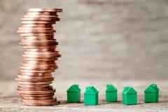 Miniatura domów i miedzianych monet sterta Zdjęcia Royalty Free