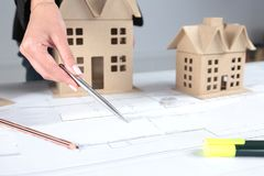 Miniatura domy na biurku w biurze Fotografia Royalty Free