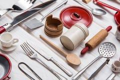 Miniaturas da cozinha da boneca branca vermelha velha da lata e da madeira vintage Imagem de Stock Royalty Free