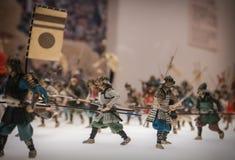 Miniaturas de soldados japoneses tradicionais em Osaka Castle foto de stock