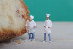 Miniaturas dos cozinheiros com pão Imagem de Stock