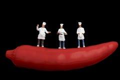 Miniaturas dos cozinheiros e da pimenta de pimentão encarnado Imagem de Stock