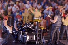 Miniaturbandmusik, die mit Publikum durchführt stockfotografie
