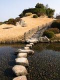 Miniaturberg in einem japanischen Garten lizenzfreies stockfoto