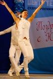 Miniature chorégraphique dans le style 60 d'IES - danseurs exécutant la troupe du théâtre de variétés de St Petersburg Photographie stock