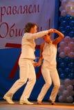 Miniature chorégraphique dans le style 60 d'IES - danseurs exécutant la troupe du théâtre de variétés de St Petersburg Photographie stock libre de droits