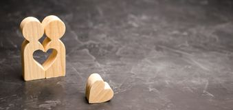 A miniature couple in love and a heart near them. The concept of family problems and loss of feelings for your loved one. Consultation family psychologist stock photos
