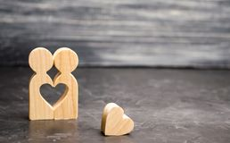 A miniature couple in love and a heart near them. The concept of family problems and loss of feelings for your loved one. Consultation family psychologist stock photography