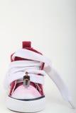 Miniature d'un garçon s'asseyant sur une espadrille Photo stock