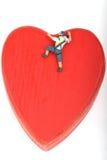 Miniature de grimpeur mesurant un coeur rouge Photographie stock libre de droits