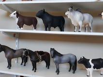 miniature degli animali su uno scaffale fotografia stock