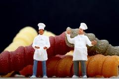 Miniaturen des Chefs mit Teigwaren Lizenzfreie Stockfotos