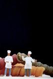 Miniaturen van chef-kok met deegwaren Stock Foto