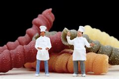 Miniaturen van chef-kok met deegwaren Royalty-vrije Stock Afbeeldingen