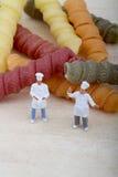 Miniaturen van chef-kok met deegwaren Royalty-vrije Stock Foto's