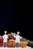 Miniatures de chef avec des pâtes Photo stock