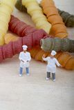Miniatures de chef avec des pâtes Photos libres de droits