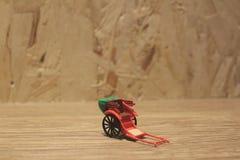Miniaturfahrerhaus der statue und orientalisches der Rikscha der roten Weinlese Stockfotografie