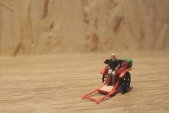 Miniaturfahrerhaus der statue und orientalisches der Rikscha der roten Weinlese Stockbild