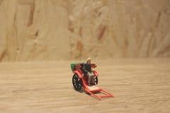 Miniaturfahrerhaus der statue und orientalisches der Rikscha der roten Weinlese Lizenzfreie Stockfotos