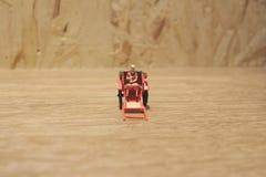 Miniaturfahrerhaus der statue und orientalisches der Rikscha der roten Weinlese Lizenzfreies Stockfoto
