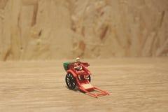 Miniaturfahrerhaus der statue und orientalisches der Rikscha der roten Weinlese Stockfoto