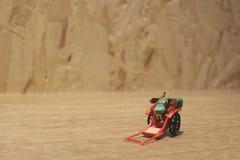 Miniaturfahrerhaus der statue und orientalisches der Rikscha der roten Weinlese Lizenzfreies Stockbild