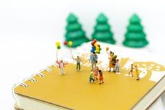 Miniaturfamilie: Der spielende Ballon der Kinder zusammen Bildgebrauch für internationalen Tag des Hintergrundes des Familienkonz Lizenzfreie Stockfotografie