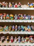 Miniaturfigürchen von Leuten in den Kostümen von den alten Zeiten in einem Geschäft in Les Baux De Provence lizenzfreie stockfotografie