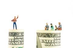 Miniaturfigürchendiskussion am Rand der 100-Dollar-Banknote Lizenzfreie Stockfotografie