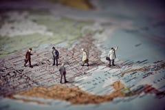 Miniaturgeschäftsleute auf US-Karte Die goldene Taste oder Erreichen für den Himmel zum Eigenheimbesitze Lizenzfreies Stockbild