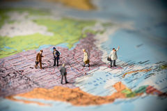 Miniaturgeschäftsleute auf US-Karte Die goldene Taste oder Erreichen für den Himmel zum Eigenheimbesitze Co Lizenzfreies Stockfoto