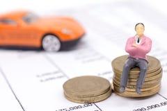 Miniaturgeschäftsmann- und Stapelmünzen auf Aussage und dem Auto b Lizenzfreie Stockfotos