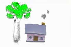 Miniaturhaus mit silbernem Schlüsselkonzept eines neuen Hauptimmobilien- und Eigentumskonzeptes lizenzfreies stockbild