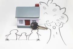 Miniaturhaus mit silbernem Schlüsselkonzept eines neuen Hauptimmobilien- und Eigentumskonzeptes lizenzfreies stockfoto