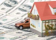 Miniaturhaus und Geld.