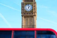 Miniaturised skott av den stora Ben With Red Double Decker bussen i Foregr arkivfoton