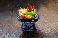 Miniaturlehm des Papaya-Salats thailändisch mit Gemüse auf dem Glas Lizenzfreie Stockfotos